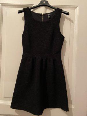 Besonderes schwarzes Kleid