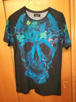 Besonderes Shirt mit Totenkopf aus Blumen