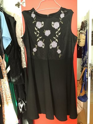 Besticktes Kleid in 52
