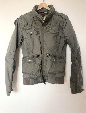 Bikerjacke grau,aufgesetzte Taschen,Knöpfe Schulter, herausfaltbarer Kaputze,Raffung Ellenbogen/Rücken,Bündchen unten