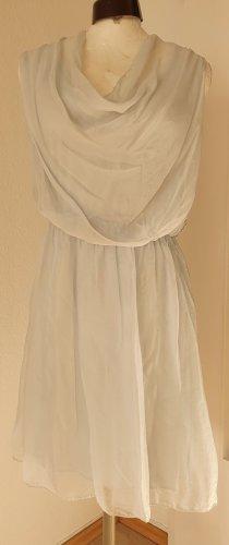 Blassblaues Seidenkleid im Römerstil
