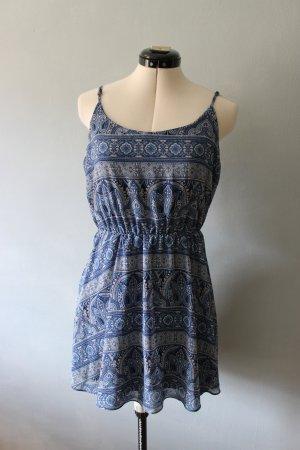 Blau gemustertes Kleid