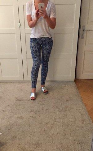 Blau-weiß gemusterte Blumen-Jeans
