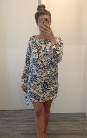 Blau-weiß gemustertes Kleid