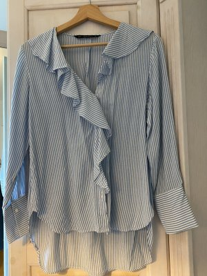 Blau weiß gestreifte Bluse mit Rüschenausschnitt