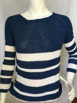 blau-weiß gestreifter Pullover