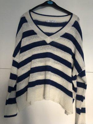 Blau weiß gestreifter Pullover