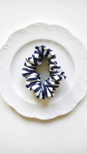 blau weiß gestreifter Scrunchie