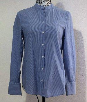 Blau-weiß liniertes Hemd, passt perfekt mit weißer Hose