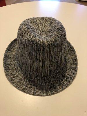 Blau-weißer Hut