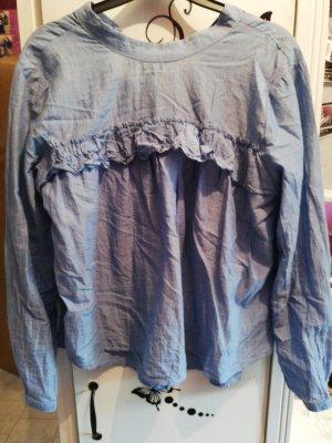 blaue Bluse mit Knöpfen