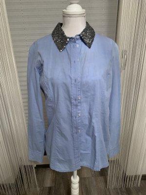 Blaue Bluse mit schönen Kragen