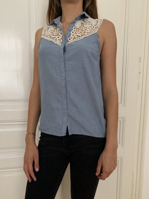 Blaue Bluse mit weißer Spitze