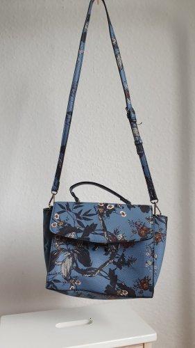 Blaue Handtasche mit Blumen