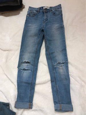 blaue Highwaist-Jeans mit Löchern