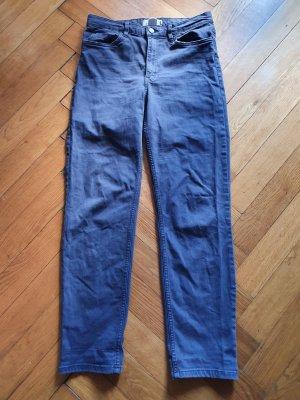 Blaue hochgeschnittene Jeans