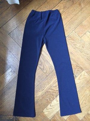 Blaue Hose aus elastischem Stoff