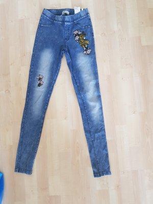 blaue Hose mit Aufnähern