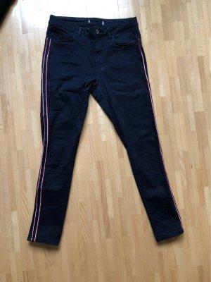 Blaue Hose mit Rot-Weiss-Blauen Streifen