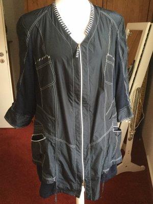 Blaue Jacke mit Details