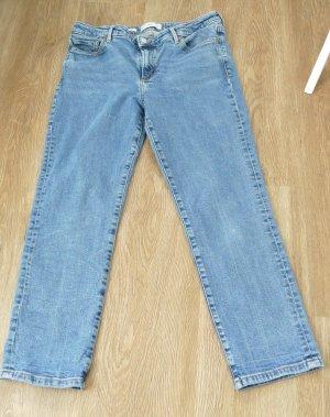 Blaue Jeans mit kleinen Destroyed-Elementen