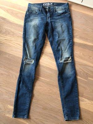 Blaue Jeans mit Löchern am Knie