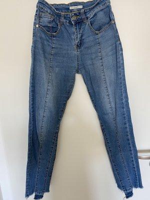 Blaue Jeans mit Nähten auf der Vorderseite