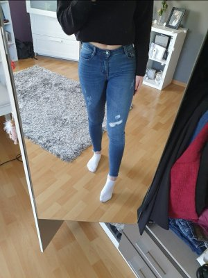 Blaue Jeanshose im Used-Look