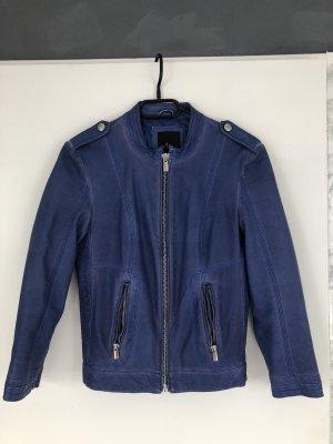 Blaue Lederjacke im ausgewaschenen Look