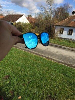 Blaue mit verspiegelten Gläsern
