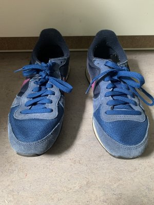 blaue Nike Sneaket