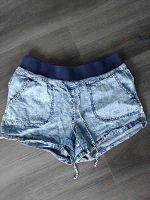 Blaue Shorts