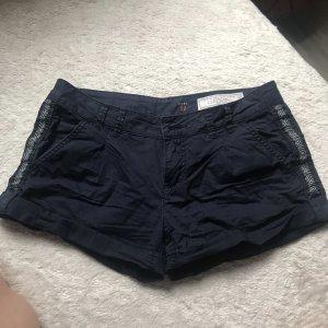 Blaue Shorts mit grauen Details an der Seite