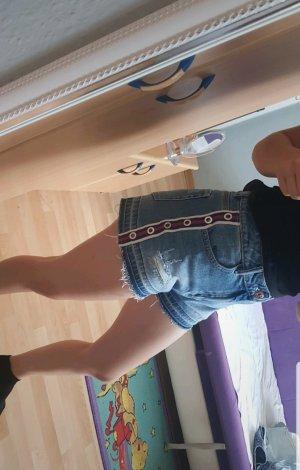 blaue Shorts mit Seitenstreifen