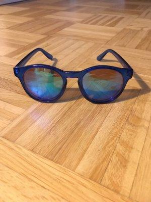 Blaue Sonnenbrille mit verspiegelten Gläsern