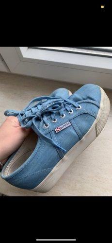Blaue Superga