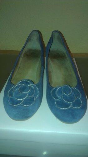 blaue Wildlederpumps mit Blume und leichten Keilabsatz