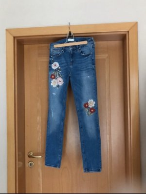 Blaue Zara Jeans mit Blumenstickerei