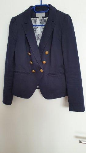 blauer Blazer mit süßen Details