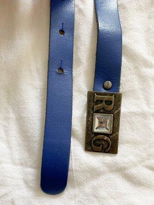 Blauer Gürtel mit rechteckiger Gürtelschnalle mit R und G Initialen