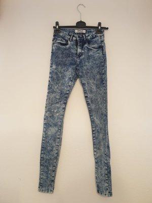 blauer Jeans mit weißen Flecken