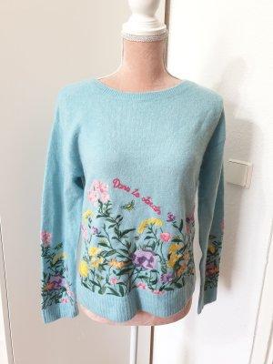 blauer Pullover mit Blumenmuster