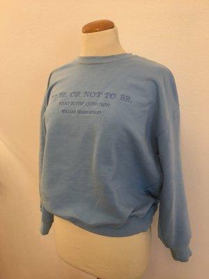 blauer Pullover mit Rundausschnitt