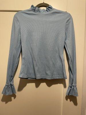 Blauer Pullover mit Volant