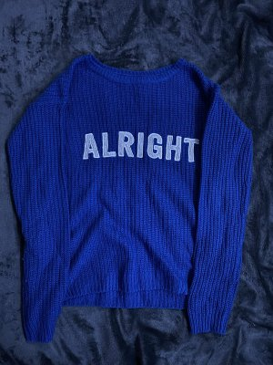 blauer strickpulli mit glitzer aufschrift