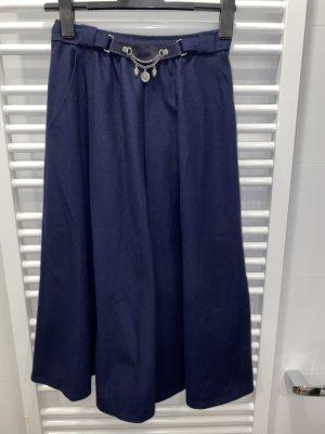 Blauer Trachtenrock aus Omas Schrank