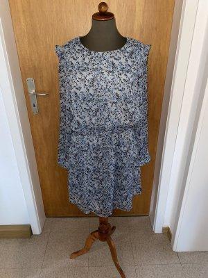 blaues Blumen-Sommerkleid