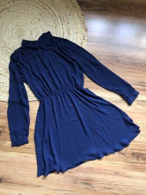 Blaues Kleid aus Flatterstoff von Monki