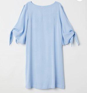 Blaues Kleid mit Ärmeln zum binden