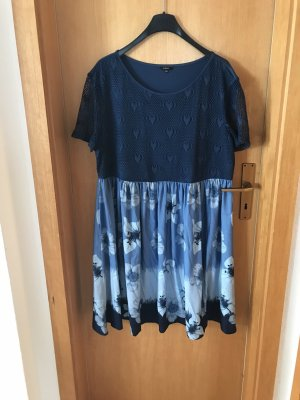 Blaues Kleid mit Muster